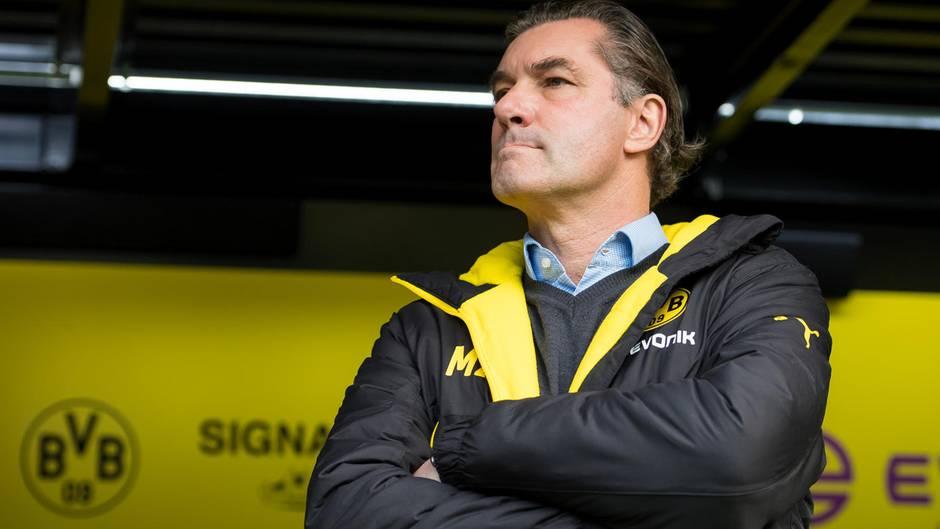 Michael Zorc steht vor der Trainerbank