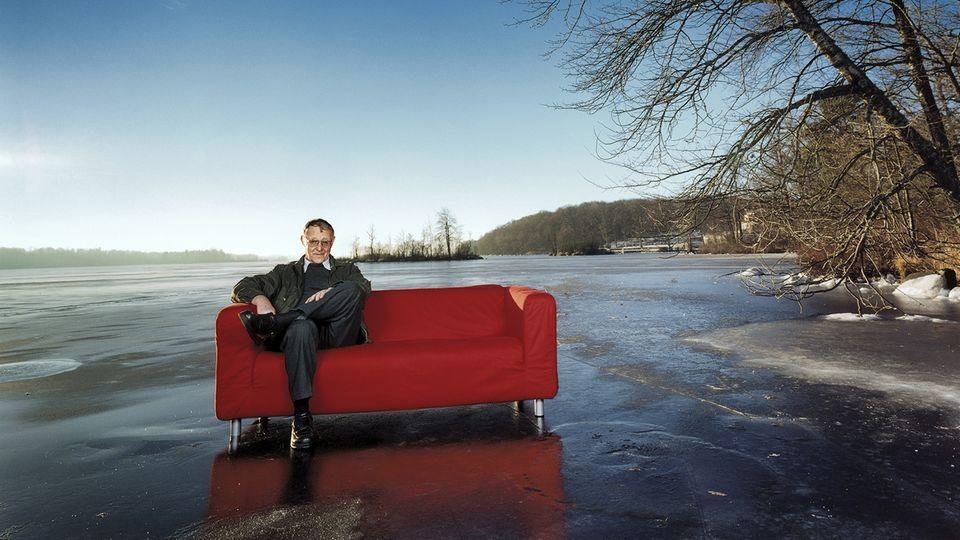 """Ikea-Gründer Ingvar Kamprad sitzt auf einem zugefrorenen See auf einem """"Klippan""""-Sofa"""