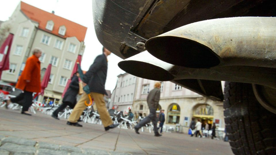 Menschen in einer Fußgängerzone - sind Abgas aus Autos ständig ausgesetzt