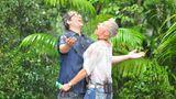 Daniel Hartwich und Sonja Zietlow stehen im Regen