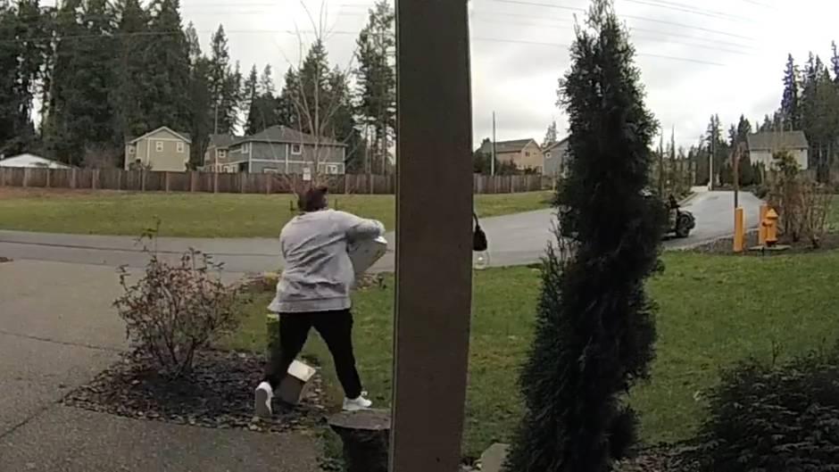 Überwachungsvideo: Paketdiebin mit schlechtem Karma: Dreister Diebstahl rächt sich sofort