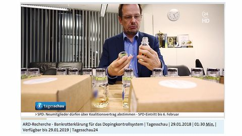 ARD-Reporter Hajo Seppelt öffnet nach Belieben Urinflaschen für Dopingproben bei Olympia in Pyoengchang