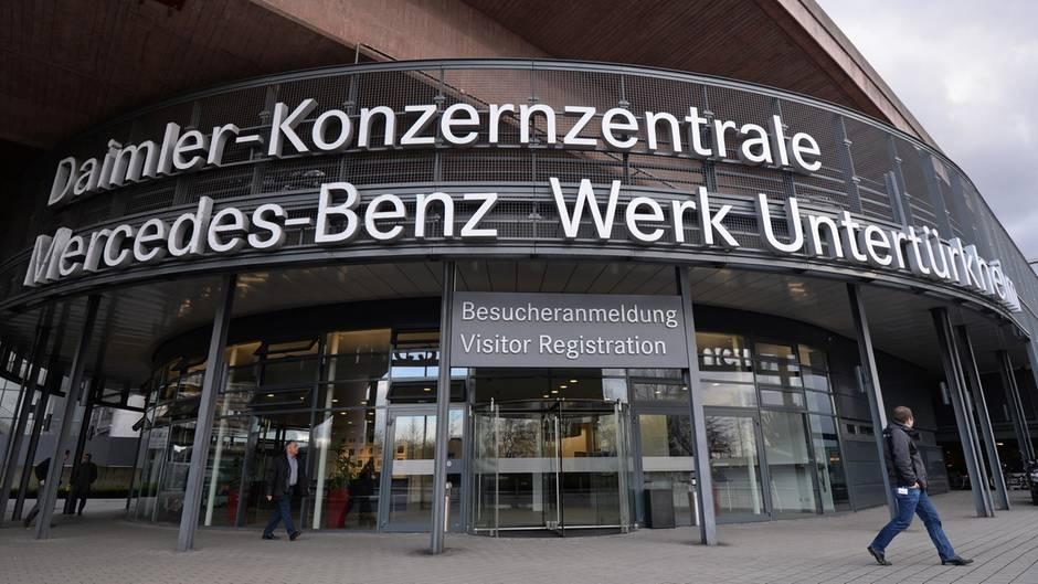 Der Eingang zur Daimler-Konzernzentrale und zum Mercedes-Benz-Werk in Stuttgart-Untertürkheim