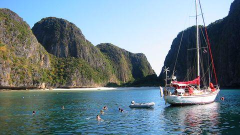 Beliebtes Ziel von Tagesausflügelern von der Nachbarinsel Ko Phi Phi: Thailand wohl berühmtester Strand in der Maya Bay.