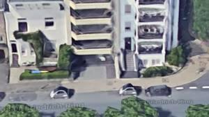 Streetview: Zwei Smarts als Poller an einer Einfahrt in Düsseldorf-Oberkassel
