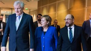 Horst Seehofer (CSU, l.), Angela Merkel (CDU) und Martin Schulz (SPD): Einigung beim Familiennachzug