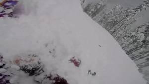 """Snowboarder Nigel Beaupre ist mit seiner GoPro-Kamera in den Bergen Kanadas unterwegs. Sein Kumpel Jordan fährt hinter ihm her.  An einem Vorsprung muss Nigel einen Sprung in die Tiefe wagen. Es gelingt ihm, Nigel landet sicher auf der Piste.  Doch Jordan missglückt der Sprung dramatisch.  Der Schnee droht den Snowboarder zu ersticken. Nigel kann Jordans Gesicht freilegen, er atmet.  """"Man kommt nicht täglich in die Situation, einem Freund das Leben zu retten"""", so Nigel später."""