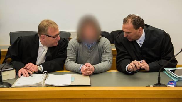 Die Angeklagte im Gießener Dreifachmordprozess flankiert von ihren Anwälten