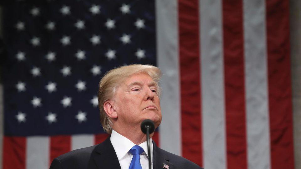 Donald Trump reckte den Kopf nach oben vor der US-Flagge - Rede zur Lage der Nation