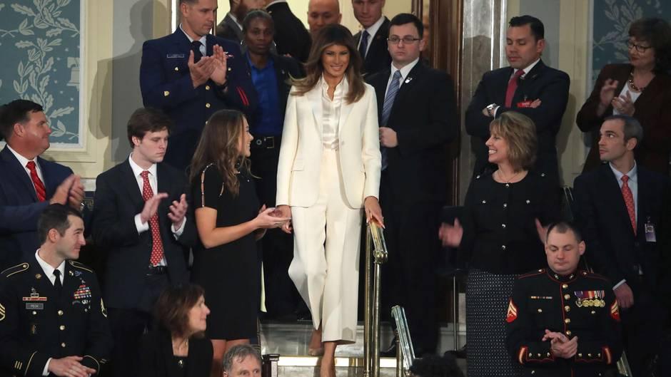 Melania Trump trägt weißen Hosenanzug