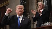 Donald Trump zeigt bei Rede zur Lage der Nation die Faust - unter Applaus von Vize-Präsident Mike Pence
