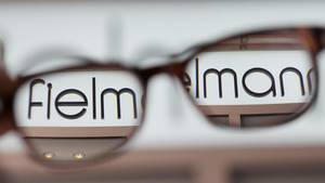 "Der ""Fielmann""-Schriftzug durch zwei Brillengläser gesehen"