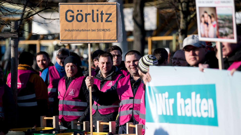 Vor Beginn der Hauptversammlung demonstrierten zahlreiche Siemens-Mitarbeiter gegen den geplanten Stellenabbau