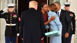 Barack (r) und Michelle Obama begrüßen Donald und Melania Trump