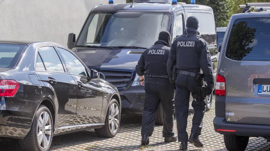 Polizisten bei einer Razzia, auch die Räumlichkeiten des AfD-Politikers wurden durchsucht