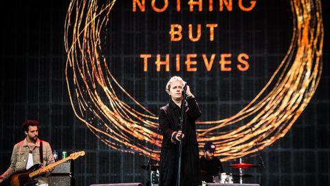 Die englische Rockband Nothing But Thieves spielt auf einer Bühne in Polen