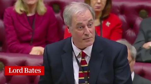 Lord Bates kündigt im Oberhaus des britischen Parlaments seinen Rücktritt an
