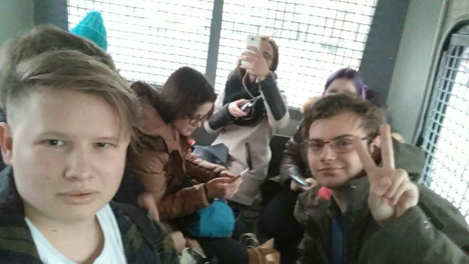 Selfie nach der Verhaftung: Wesna-Mitstreiter in einem Polizeiwagen