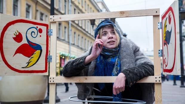 Als spottende Oma, die gegen liberale Bildung wettert – zur Unterstützung der Europäischen Universität in Petersburg, der die Schließung droht