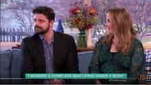 Eine Frau und ein Mann sitzen nebeneinander und geben ein Interview.