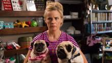 """""""Lady Dynamite""""-Hauptdarstellerin Maria Bamford mit ihren beiden Hunden"""