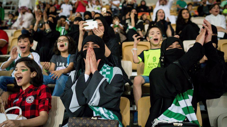 Mittlerweile dürfen saudische Frauen ins Fußballstadion, allein Auto fahren, in die Uni oder ins Krankenhaus gehen. Die Reformen gehen vielen Aktivistinnen jedoch nicht weit genug