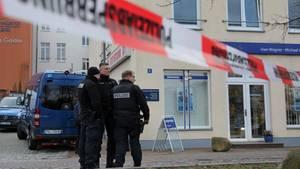 Eine Polizeiabsperrung in Waren an der Müritz