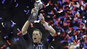 """Tom Brady stemmt die """"Vince Lombardy Trophy"""". Wird es beim Super Bowl 2018 auch so sein?"""