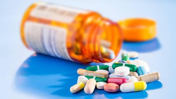 Eine Dose mit unterschiedlichen Tabletten und Medikamenten