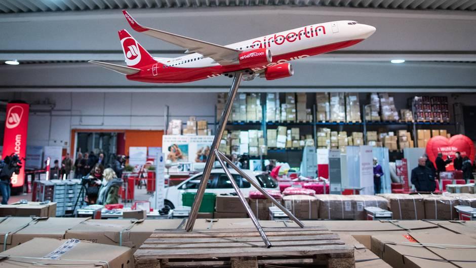 Ein großes Modell eines Air Berlin-Flugzeuges ist in Essen in einer Lagerhalle des Auktionshaus Dechow ausgestellt.