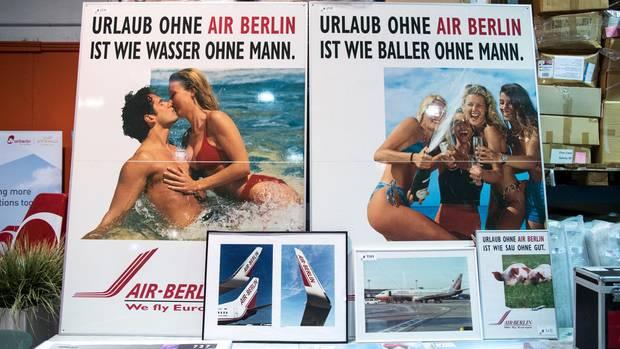 Auch alte Werbeplakate von Air Berlin wurden angeboten