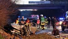 """""""Da war sehr viel Kraft und Energie im Spiel"""", sagte der Polizeisprecher. Die Straße war mehrere Stunden lang gesperrt. Bei dem Unfall in der Nähe von Ochsenhausen starben am Sonntag zwei Menschen"""
