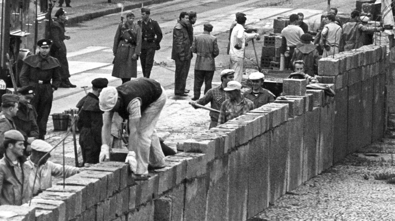 Eine Maurerkolonne errichtet am 18.08.1961 unter Aufsicht von Volkspolizisten die Berliner Mauer am Potsdamer Platz.