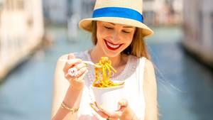 Frau isst Nudeln