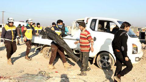 """Syrien: Die Zivilschutz-Organisation """"Weißhelme"""" im Einsatz nach einem syrisch-russischen Luftangriff auf Serakib."""