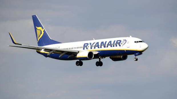 Eine Ryanair-Maschine im Luftraum des Flughafens Köln/Bonn.