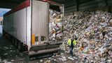 Im Minutentakt fahren 40-Tonner auf das Gelände der Papierfabrik in Glückstadt, sie sind randvoll mit Papierabfällen.