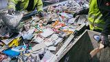 Die Altpapier-Flut wird von Maschinen gescannt und vorsortiert. Doch gelegentlich rutschen Folien oder Kartons durch. Ohne Handarbeit geht deshalb trotz aller moderner Technik nichts.