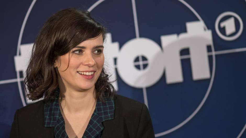 """""""Tatort""""-Schauspielerin Nora Tschirner posiert beim Preview zum """"Tatort: Der wüste Gobi"""" vor einer Pressewand."""