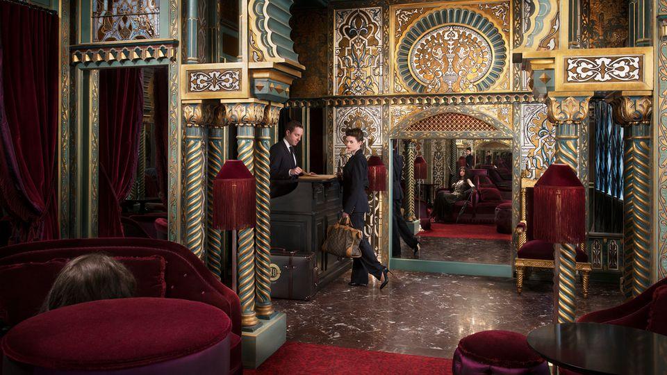 """Bild 1 von 10der Fotostrecke zum Klicken:Bienvenue an der Rezeption des Maison Souquet in Paris. Das Fünf-Sterne-Haus liegt im 9. Arrondissement und gehört zur Gruppe der """"Small Luxury Hotels of the World""""."""