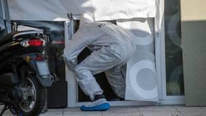 Esslingen: Ein Mitarbeiter der Spurensicherung der Polizei betritt ein Haus, in dem mehrere Tote gefunden wurden