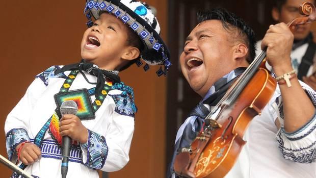 Die Gruppe El Venado Azul spielt traditionelle Cumbia- und Huapango-Musik