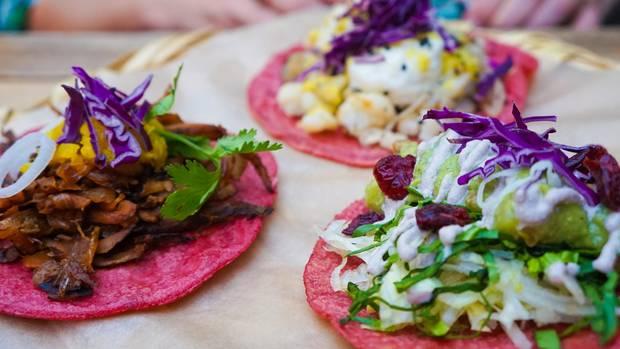 In Garküchen und Restaurants werden bunte Tacos zubereitet