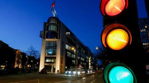 Eine Ampel zeigt alle drei Farben vor Berliner SPD-Zentrale