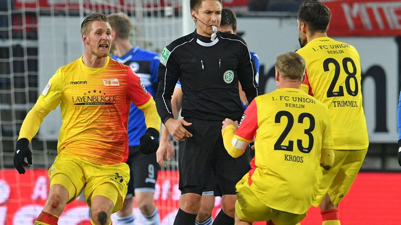 Spieler von Union Berlin bedrängen Schiedsrichter Reichel - er hat Sekunden vor einem Tor gegen Arminia Bielefeld abgepfiffen