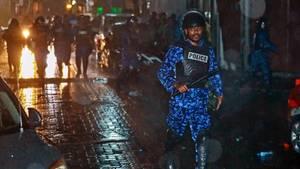 Ein Polizist verfolgt Demonstranten, nachdem die Regierung einen 15-tägigen Ausnahmezustand auf den Malediven verhängt hat