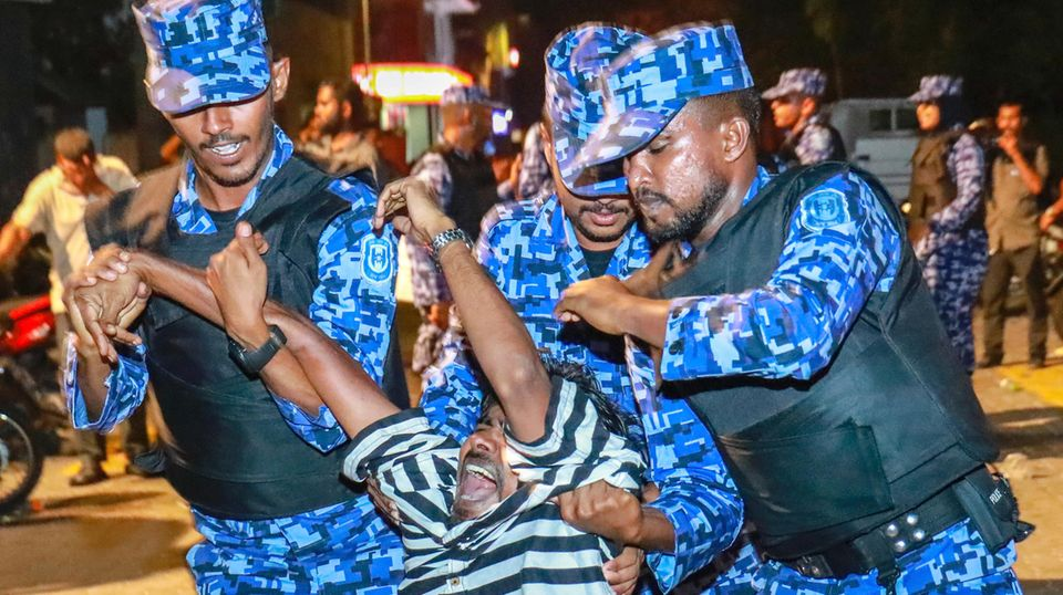 Brutal gehen Sicherheitskräfte gegen Demonstranten der Opposition auf den Malediven vor.