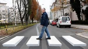 Ein Fußgänger geht über den ersten 3D-Zebrastreifen Österreichs.