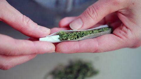 """Die Cannabis-Blüten bzw. Marihuana wird meist in Form einer selbstgedrehten Zigarette, genannt """"Joint"""", geraucht."""