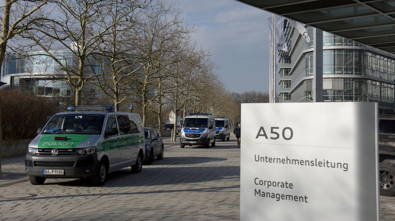 Polizeiwagen stehen vor der Audi-Zentrale in Ingolstadt